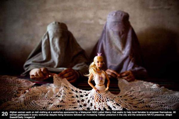 نقدعکس دو زن افغانی باچادرهای خاص خود